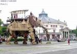 """Christian Larcher aus Amiens hat ein Photo zur Verfügung gestellt, das den """"Stahlelefanten"""" (nach dem Roman von J.V.) vor dem """"Cirque Jules Verne"""" in Amiens zeigt. (Dieser soll anlässlich des 100. Todestages von J.Verne von Nantes nach Amiens gelaufen sein):"""
