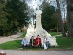 Andreas und Stefan mit den beiden Krzysztofs aus Polen vor dem Denkmal